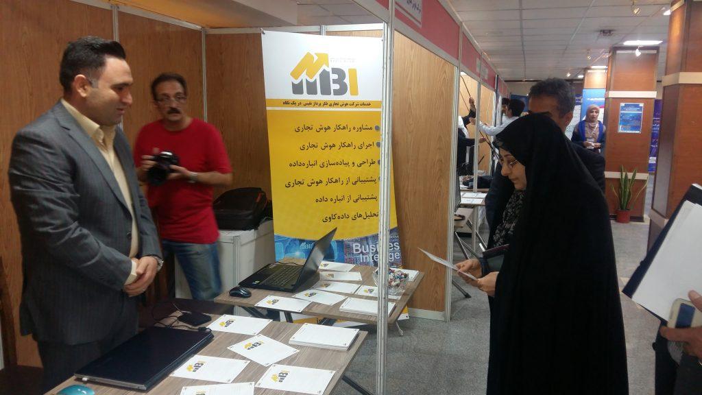 بازدید خانم دکتر خزعلی ریاست محترم دانشگاه الزهراء از غرفه شرکت هوش تجاری نفیس